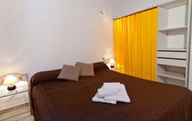 Une chambre avec un lit en 160