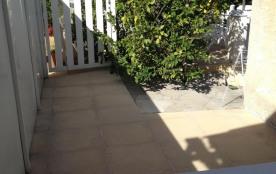 2éme terrasse avec table et chaises jardin
