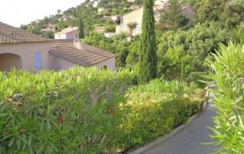 Coquet T2 climatisé pour 4 vacanciers en rez de jardin, vue collines, parking.
