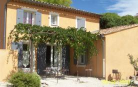 À 6 km de Bedoin, dans un village blotti au pied du Mont-Ventoux, maison de village avec terrasse avec tonnelle ombra...