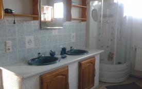 Salle de bain : douche et baignoire