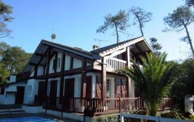 Confortable villa rénovée avec piscine et jardin clos à proximité des plages pour 10 personnes.