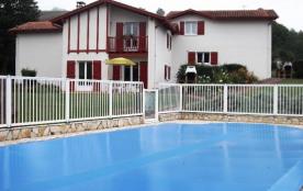 A 6 km de St Jean Pied de Port, découvrez le hameau des vignes en plein cœur du Pays Basque avec ses 3 maisons de 85 ...