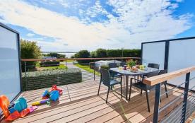 Découvrez cet appartement, en premier étage, situé en bord de mer à Ambon au camping ** de Cromen...