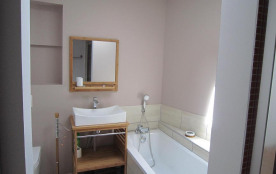 salle de bains avec baignoir, douche et WC