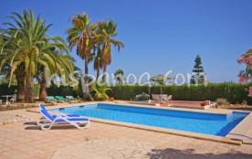 lL villa possède un coin piscine (douche