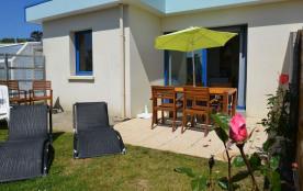 Villa de plain-pied avec terrasse, jardin privatif, piscine partagée.