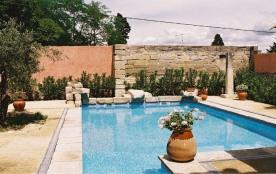 Carmen est située à Barbentane, un village typiquement provençal près de St Rémy de Provence (Bouches-du-Rhône : Prov...