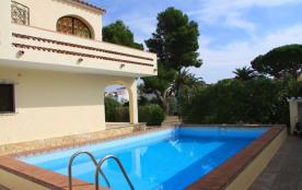 Sur 1000 m² de terrain au bord du canal à Empuriabrava, très bel appartement dans une villa de 3 ...
