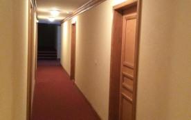 le couloir ,et la porte de l' appartement