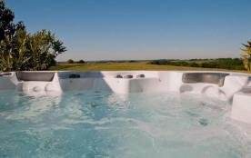 Un grand spa que vous pouvez utiliser à chaque moment sans supplément