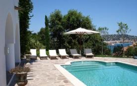 Villa L'Ajoucadou est une ravissante villa de vacances (300m² habitables), construite en 1925, of...
