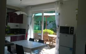 la cuisine ouverte sur la terrasse en bois