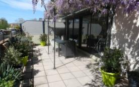 Appartement avec belle terrasse au premier étage d'un immeuble mitoyen comprenant un autre appart...