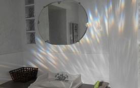Le lavabo de la chambre principale