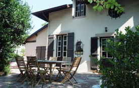 Belle villa des années 30 sur terrain clos située à environ 200 m du Lac Marin, du centre ville e...