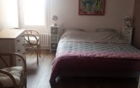 Chambre III (1er étage): 1 lit double / 160 cm, penderie, commode
