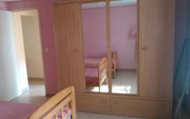 vue de l'armoire dans la chambre