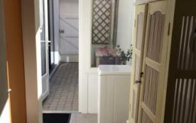Arrière cuisine donnant sur cour, accès directement ruelle