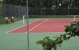 le tennis privé en quick et son mur d'entraînement