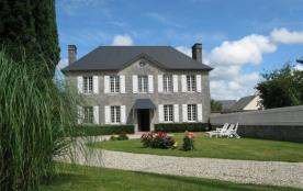 Gîtes de France - La façade en pierre de Montmartin distingue cette demeure familiale située au c...