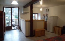 Cuisine, coin salon (banquette) et salle à manger