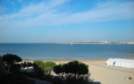 Très agréable studio au deuxième étage avec une très belle vue sur la mer et la plage, équipé pou...