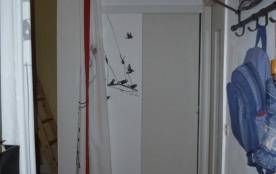 L'entrée qui permet d'accéder dans la cuisine et la pièce de vie.
