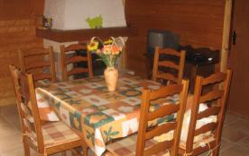 salle à manger avec cheminée à l'âtre