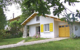 Agréable villa sise sur un terrain clos, dans un quartier calme à environ 300 m de petits commerc...
