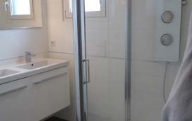 Salle d'eau avec douche hydrojets