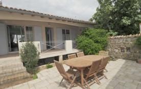 Maison de pays 4 personnes. Au plein cœur du centre du village de Loix, charmante villa en 2 part...