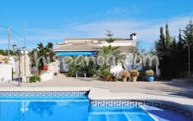 La villa avec piscine privée est à