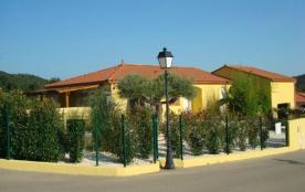 Belle villa arborée, piscine chauffée pour 8/10 personnes.