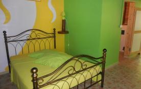 Première chambre logement lavande blanche