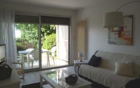 Beau studio en rez-de-chaussée, exposé plein sud avec terrasse, salon de jardin, face à la mer et...