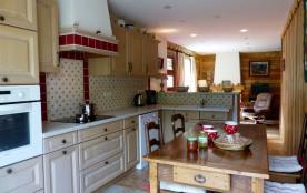 la cuisine a gardé son aspect rustique tout en ayant tout l'équipement moderne