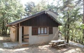 Quinze gîtes indépendants sur un terrain boisé à 1 km du village.