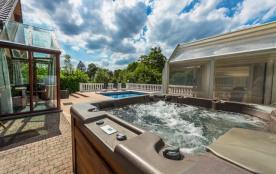 Luxueuse villa avec une piscine, un sauna et un jacuzzi.
