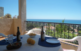 Villa avec une vue panoramique sur la mer, située sur une petite colline