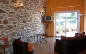 Proche de St Jean Pied de Port, en pays basque intérieur et à 50 km de Biarritz, cette location d...