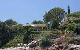 Cette belle villa PIEDS DANS L'EAU se trouve à 9 km de Porto-Vecchio, dans le domaine privé et ga...