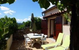 Gîtes situé au cœur du vignoble de la basse Ardèche, 5 gîtes aménagés dans une ancienne ferme, tr...