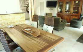 entrons dans le séjour :cuisine américaine, coin repas et salon confortable