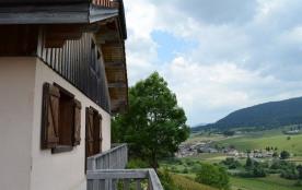 Jolie maison individuelle, type chalet, surplombant le village. Terrain privé et cadre verdoyant....