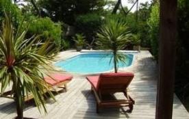 Villa récemment rénovée (avec goût) sur jardin clos et boisé de 1 200 m² à proximité du centre et...