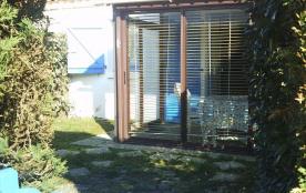 petite maison individuelle mitoyenne dans résidence de vacances avec jardinet clôturé plage à 500...