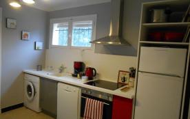 Une cuisine moderne, fonctionnelle, très bien équipée (électroménager, vaisse...