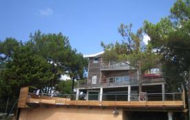 Très belle villa contemporaine sur un terrain pentu d'environ 3000 m2, dans le quartier recherché...