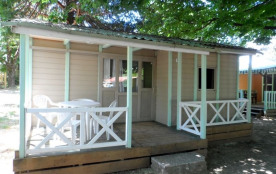 Chalets 4/5 personnes 26 m² avec terrasse couverte et salon de jardin.